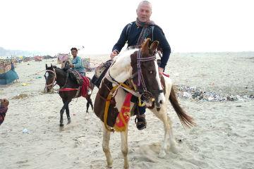 Hat Master. 5 день. В Индии можно остановить время, но не лошадь – скачки по Варанаси закончились для участника  «Hat Master» падением