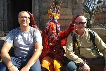 Ом Мани Падме Хум – «Hat Master» крутит молитвенные барабаны в Катманду